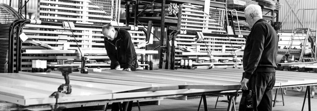 Två män arbetar på Blidsbergs Mekaniska